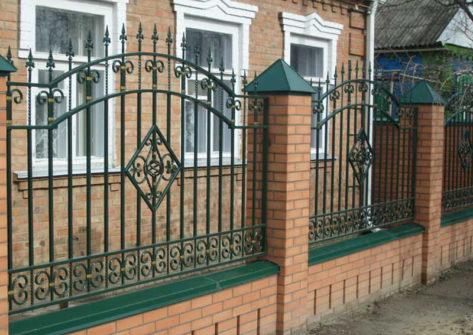 кирпичный забор с ковкой в Ярославле