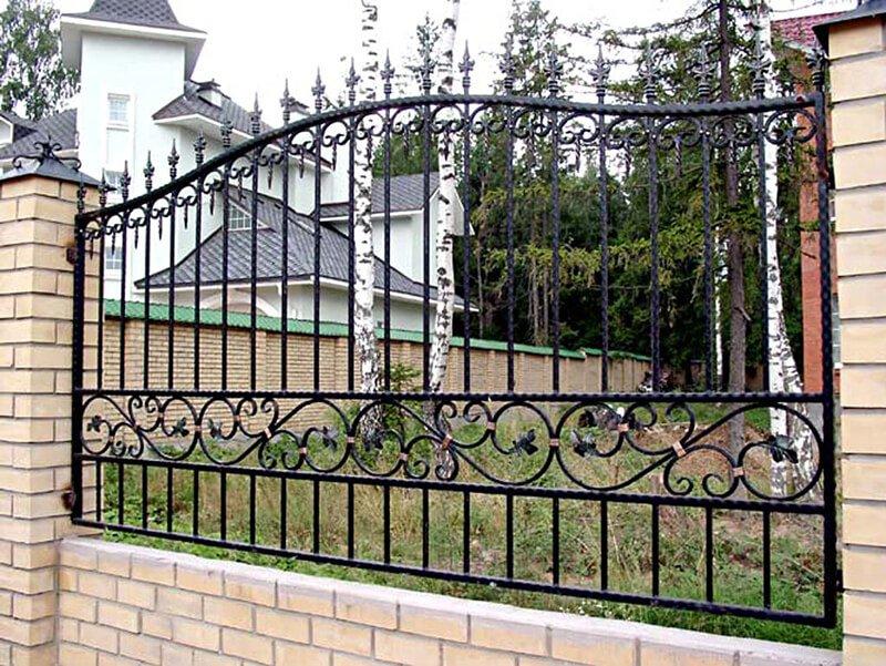 Забор с элементами ковки